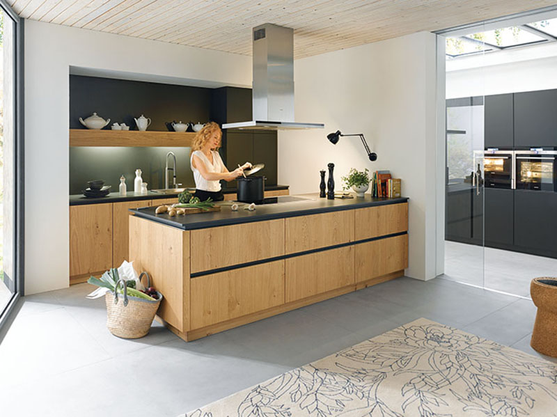 Schuller Kitchens by Russ Deacon | Rocca- Natural Knotty Oak/Biella – Lava Black satin